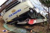 Hai xe khách đấu đầu, 14 người nhập viện