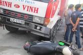 Hi hữu: Người phụ nữ thoát chết khi bị cuốn vào gầm xe tải