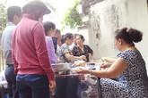 Xếp hàng ăn bánh 'mắng', phở 'chửi' ở Sài Gòn