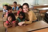 Angela Phương Trinh gây tranh cãi khi mặc váy ngắn đi giao lưu với học sinh