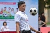 Bình Minh đưa vợ và hai con gái đi xem đá bóng