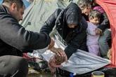 """Biên giới Macedonia - Hy Lạp: Nơi những em bé sơ sinh phải sống trong """"địa ngục"""""""