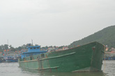 Nghệ An: Phát hiện một tàu vỏ sắt xả thải ra biển