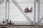 Bỏ lại ba lô, cô gái nhảy xuống sông Sài Gòn tự tử