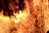 Chồng cũ lao vào bệnh viện tưới xăng đốt vợ