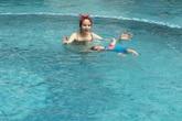 Diễm Hương chi 4 triệu đồng cho con làm quen bơi lội lúc 6 tháng tuổi
