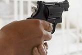 Dùng súng bắn trọng thương nhân viên tiệm game