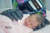 Bé sơ sinh mỉm cười khi được đặt vào găng tay của người cha quá cố