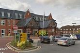 Bé sơ sinh bị bỏ lại trong toilet bệnh viện Anh