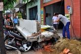 Khối bê tông gần 4 tấn đổ sập đè nát nhiều xe máy