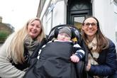 Mua nhà tặng mẹ con cậu bé bị bệnh sau khi trúng xổ số