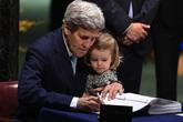 Ngoại trưởng Mỹ bế cháu gái 2 tuổi đi ký thỏa thuận Paris khiến dân mạng thích thú