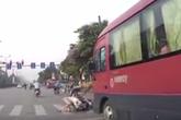 Người phụ nữ dừng đèn đỏ bị xe khách phía sau hất tung lên trời