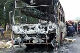 Ôtô giường nằm chở hàng chục khách cháy ngùn ngụt