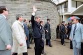 Khoảnh khắc tổng thống Mỹ vẫy tay trước khi bị bắn