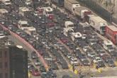 Hàng nghìn người ùn tắc 14 giờ xuyên đêm gần bến cảng Anh