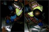 """Bé trai 3 tuổi bị kẹt """"chỗ kín"""" vào thang cuốn"""