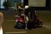"""Vợ trẻ dùng mũ bảo hiểm """"phang"""" túi bụi vào đầu chồng mặc con khóc thét giữa phố"""