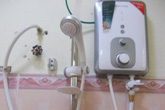 Tự rút phích cắm, bé gái bị điện giật tử vong trong nhà tắm