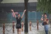 """Thật bất ngờ: Mặc kệ đường ngập sau mưa, chị em Hà Nội vẫn tươi cười """"vượt lũ"""""""
