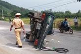 Xe khách xuống dốc đâm xe tải, nhiều người bị thương