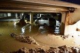 Hàng trăm mét bùn đất tràn vào hầm chung cư cao cấp