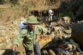 """Sập hầm vàng ở Lào Cai: """"Không tìm thấy con, tôi đành lấy đất mang về"""""""