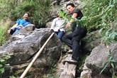 Xót xa cảnh học trò vùng cao trèo thang vượt núi đến trường