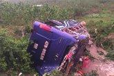 Lật xe khách, 16 người thương vong