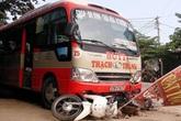 Xe buýt mất lái cuốn theo 3 xe máy, 1 người tử vong
