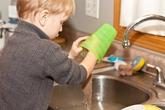 Việc nhà cho bé theo độ tuổi bố mẹ nên khuyến khích con làm