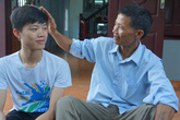 Con trai người thợ cắt tóc giành huy chương vàng Hóa học quốc tế