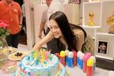 Anh Thư bất ngờ tổ chức sinh nhật cho Khả Ngân trên phim trường