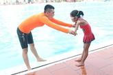 Nghỉ học thêm, quyết cho con học bơi vì sợ bị đuối nước