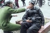 Bức ảnh công an bón mỳ cho người ngất xỉu gây xúc động