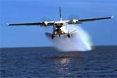 Máy bay Casa lượn vòng xuống vật thể nghi áo phao trước khi mất tích
