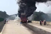 Xe du lịch mất lái, ít nhất 35 người chết
