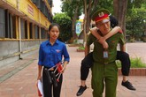 Hotboy HV Cảnh sát 3 ngày cõng thí sinh gãy chân vào phòng thi