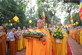 Hàng nghìn tăng ni, phật tử, người dân rước Phật ở Huế