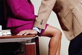 """""""Đứng hình"""" trước cảnh nữ đồng nghiệp xộc xệch chạy ra từ phòng sếp"""