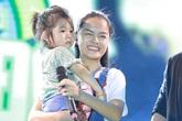 Phạm Quỳnh Anh giúp bé gái bị lạc tìm mẹ giữa 25.000 người