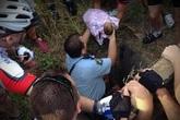 Mẹ nhẫn tâm vứt bỏ con sơ sinh xuống cống sâu hơn 2m gây phẫn nộ