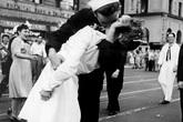 Câu chuyện bất ngờ phía sau bức ảnh nụ hôn nổi tiếng nhất trong lịch sử