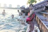 Nắng nóng, biển cấm bơi tại hồ Tây... vô tác dụng