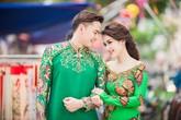 Vợ chồng Tú Vi - Văn Anh diện áo dài đôi dạo phố xuân