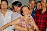 Con khóc khản giọng đón thi thể mẹ từ Bình Thuận