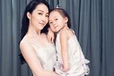 Con gái Linh Nga lần đầu xuất hiện cùng mẹ cực đáng yêu
