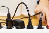 Rút sạc khỏi ổ điện khi không dùng có cần thiết?