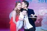 Phan Hiển hôn Khánh Thi trong tiệc thôi nôi con trai