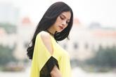 Thu Thủy mảnh mai với váy suông đơn sắc